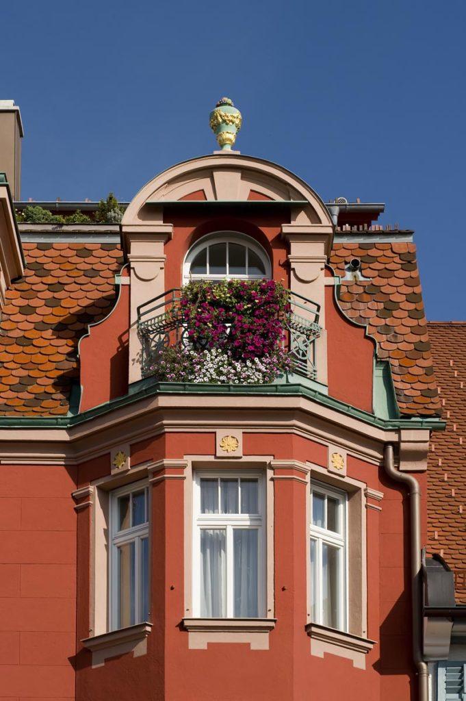 Apothekenhaus mit Balkon im Sommer